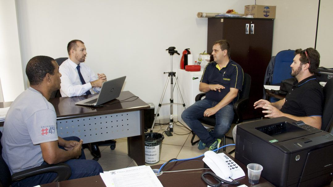 Vereadores Hallberg e Madril debatem com taxistas sobre Táxi e Uber
