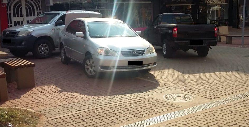 Travessa Champagnat virou estacionamento: Comissão de Trânsito cobra fiscalização por parte da Transitar