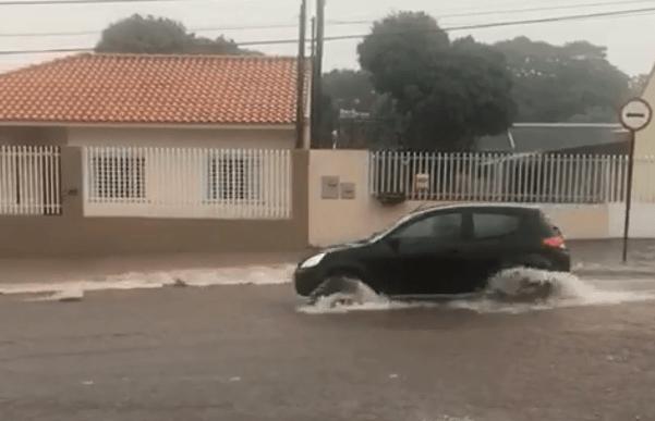 Bueiros não dão conta da chuva no Pq. São Paulo, Hallberg cobra solução para o problema