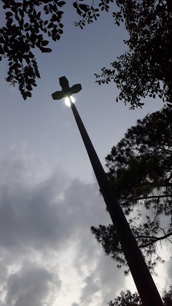 Iluminação pública: super poste da Praça dos Mosaicos está com lâmpadas queimadas há meses